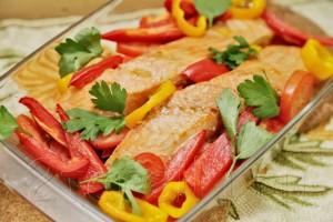 запеченная с овощами семга