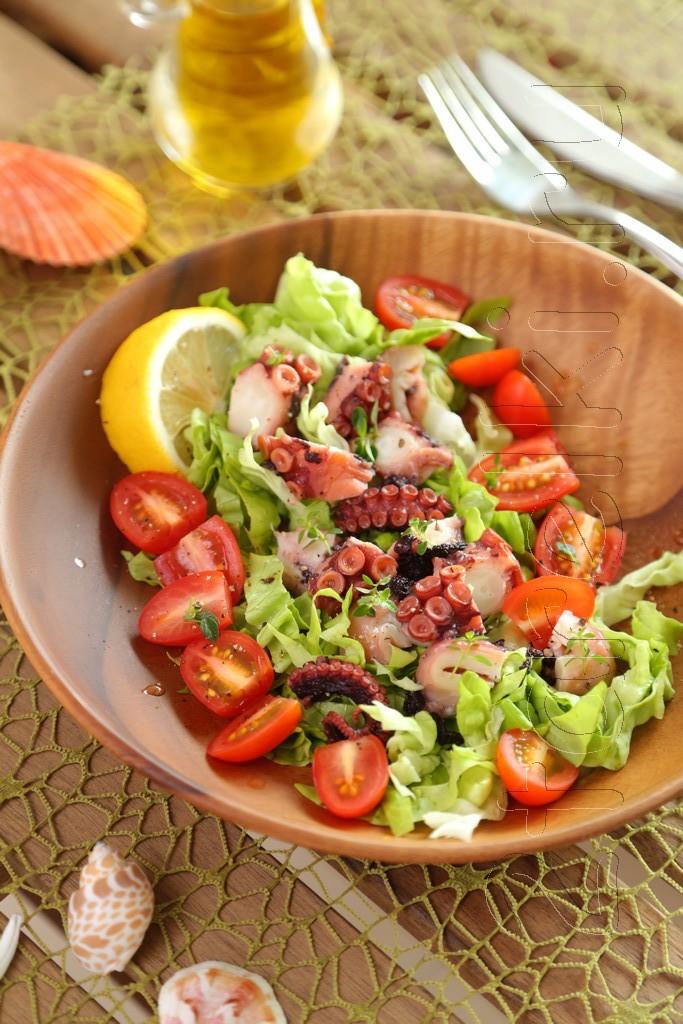 Простой салат с осьминогом