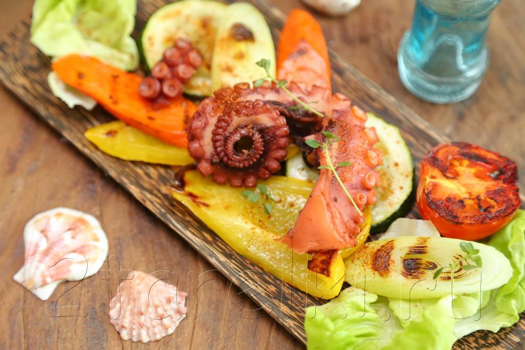 Теплый салат с осьминогом и овощами-гриль