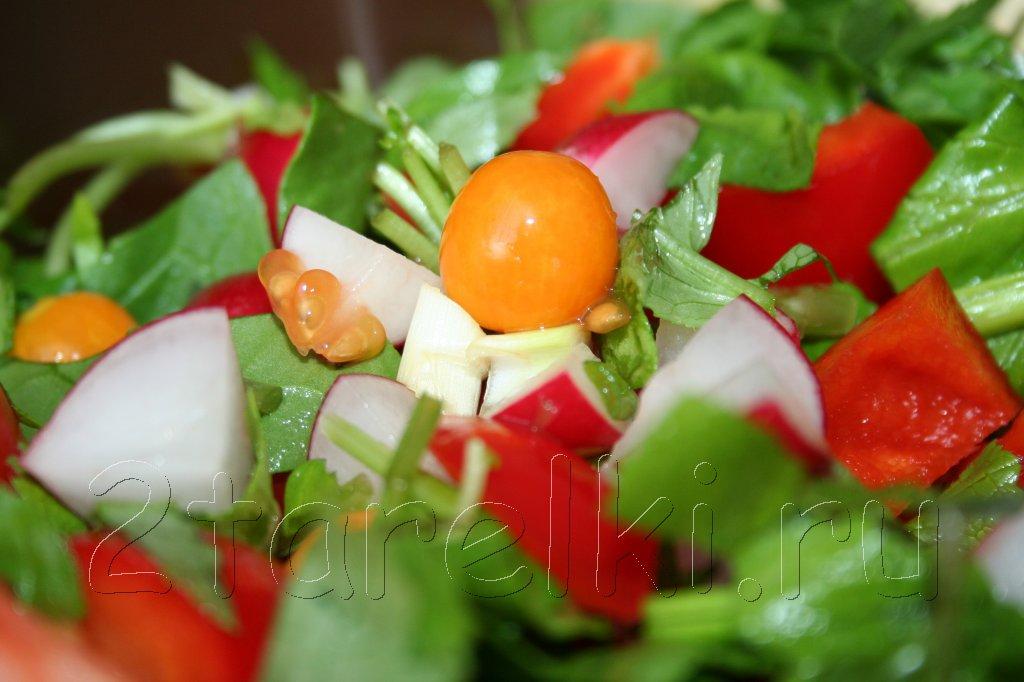 весенний салат с редисом и физалисом