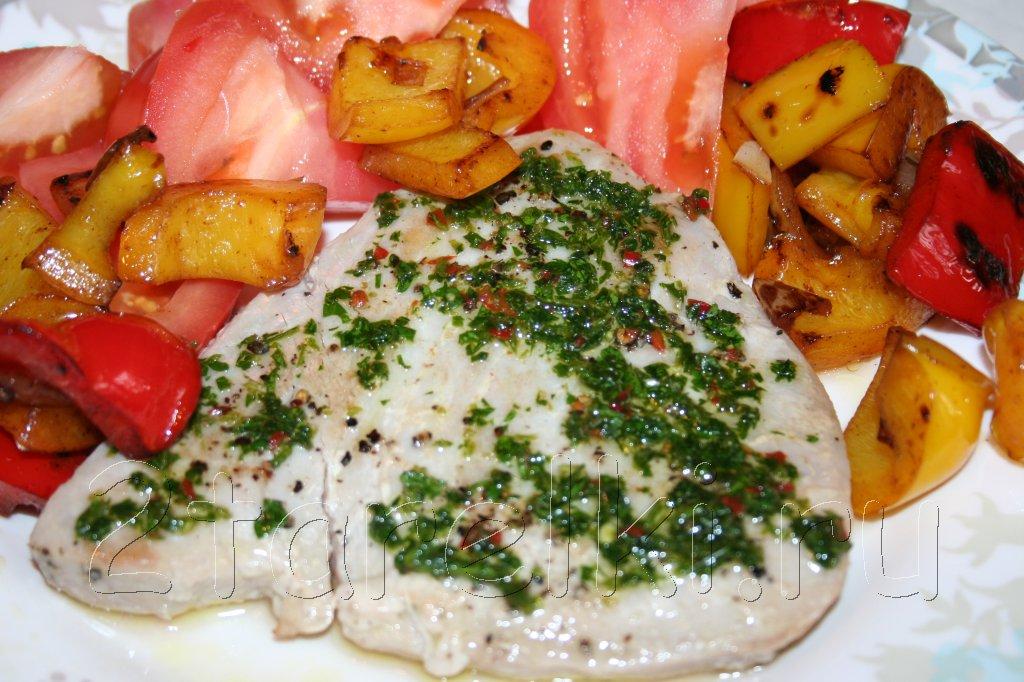 стейк из тунца с острым зеленым соусом