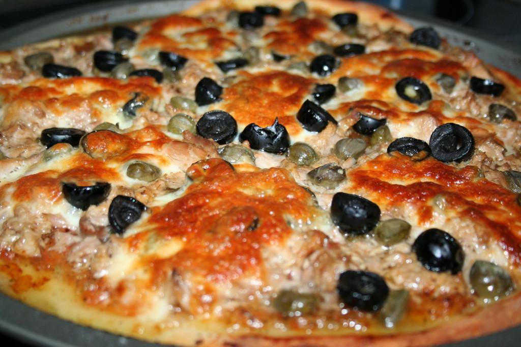 пицца с тунцом и каперсами