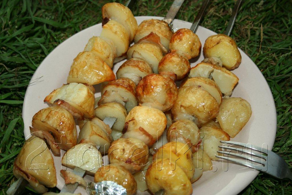 молодая картошечка на шампурах
