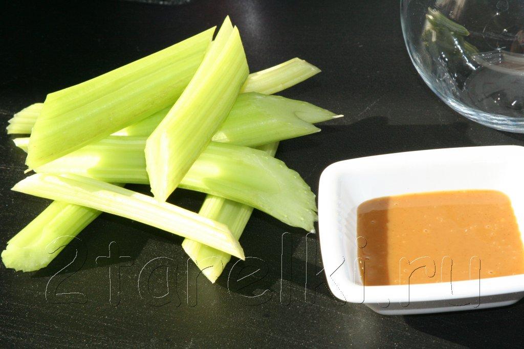 сельдерей с салатной заправкой