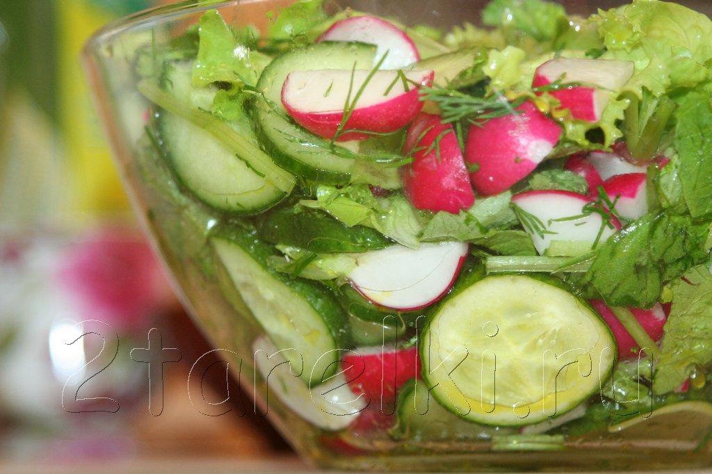 Весенний салат с льняным маслом