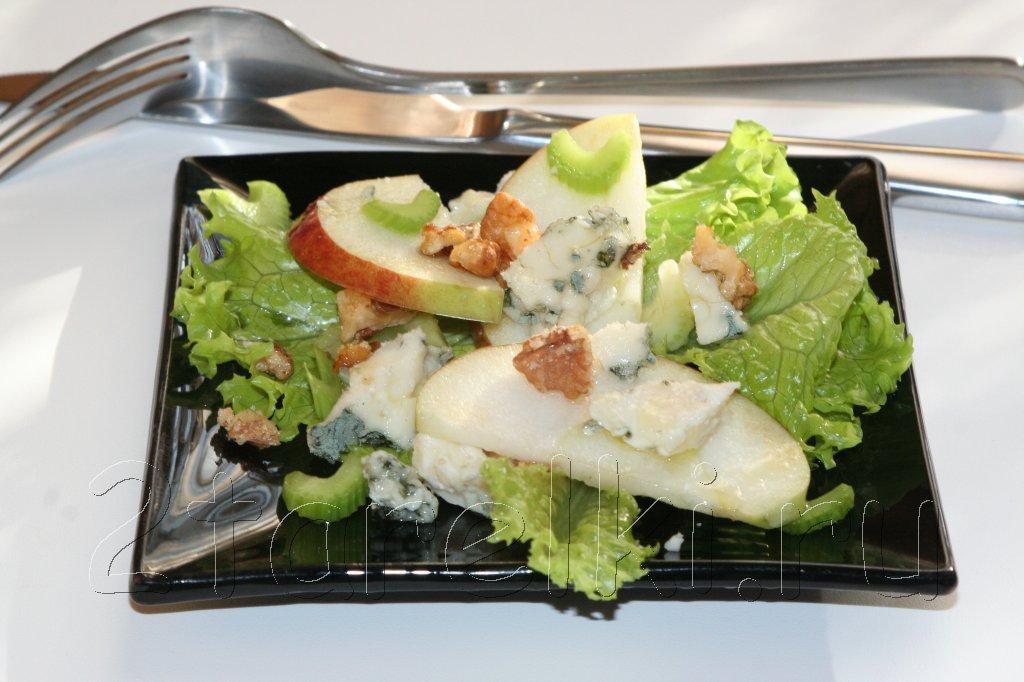 Французский салат с яблоками и Рокфором