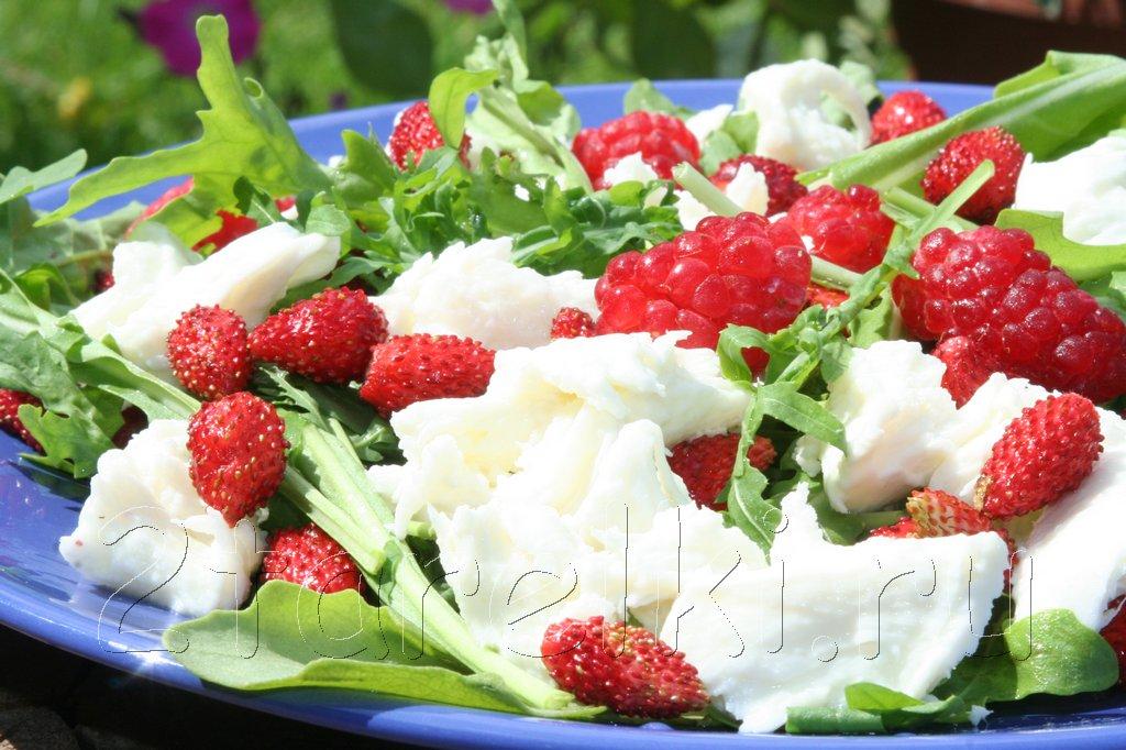 Салат с ягодами и рукколой
