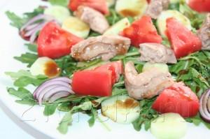Салат из рукколы с печенью трески