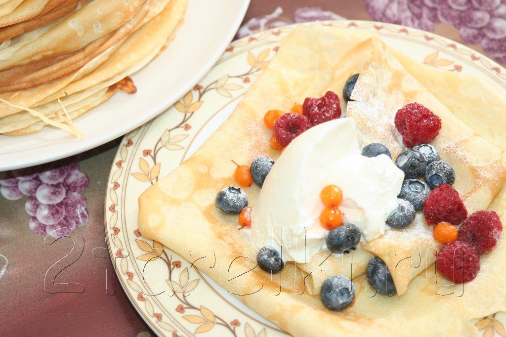 Блинчики с ягодами и мороженым