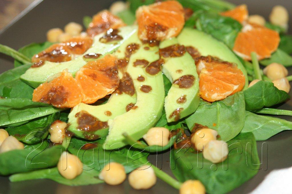 Салат из шпината с нутом и авокадо