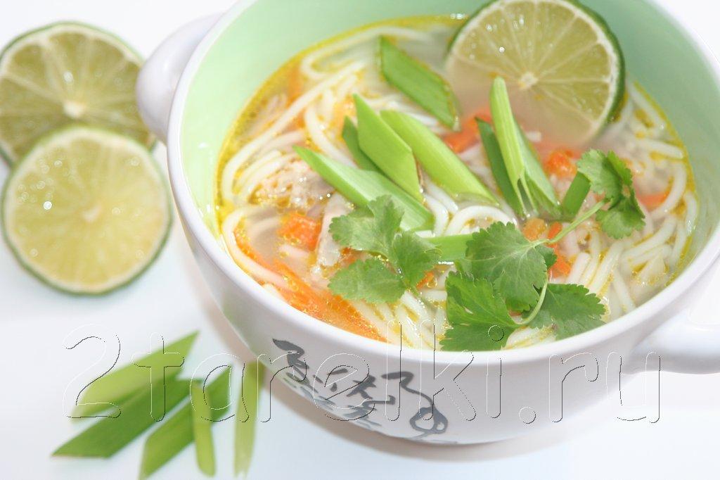 Куриный суп с лапшой в азиатском стиле