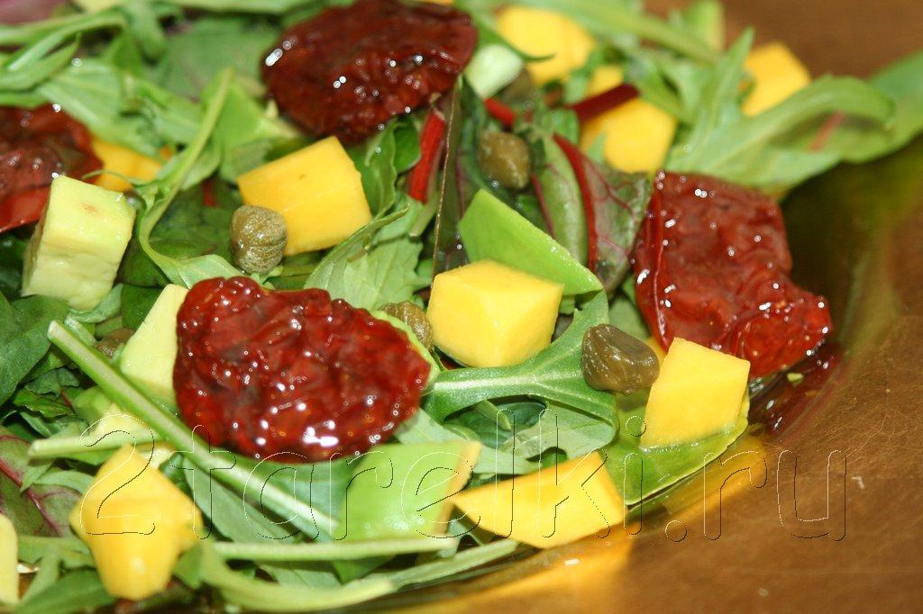 Салат с вялеными помидорами и авокадо