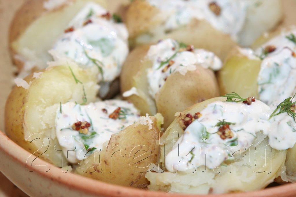 Молодая картошка с пикантным сметанным соусом