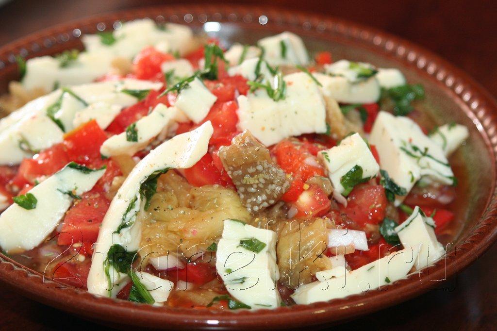 Салат из печеных овощей с сулугуни