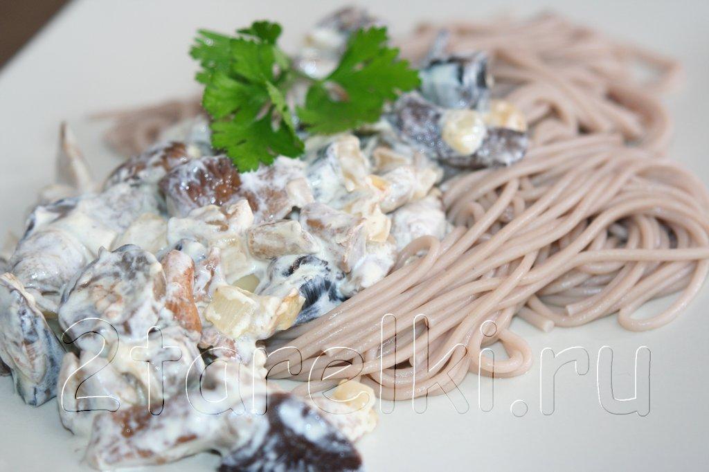 Сливочные грибы с гречневой лапшой