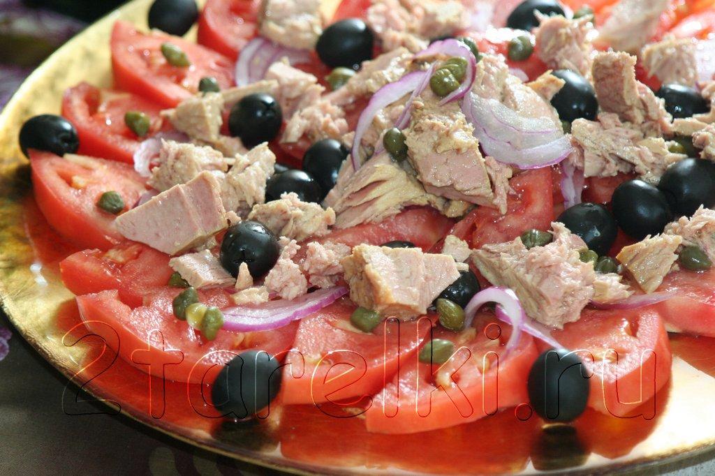 Салат из помидоров с тунцом и маслинами
