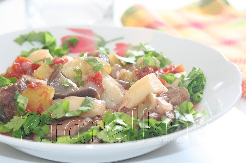Тушеная говядина с баклажанами и кабачками