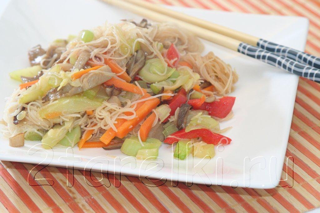 Вешенки с овощами и рисовой лапшой