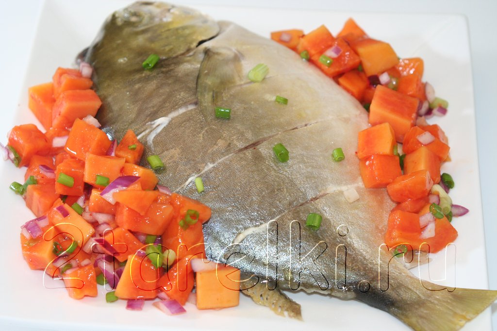 Golden pomfret fish с сальсой из папаи