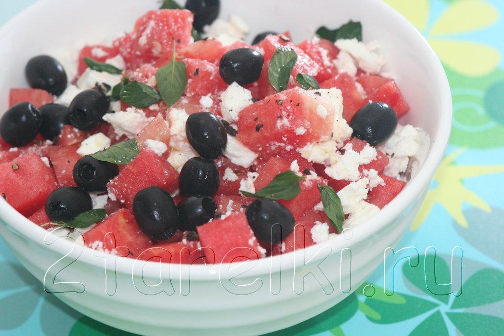 Салат с арбузами, фетой и маслинами