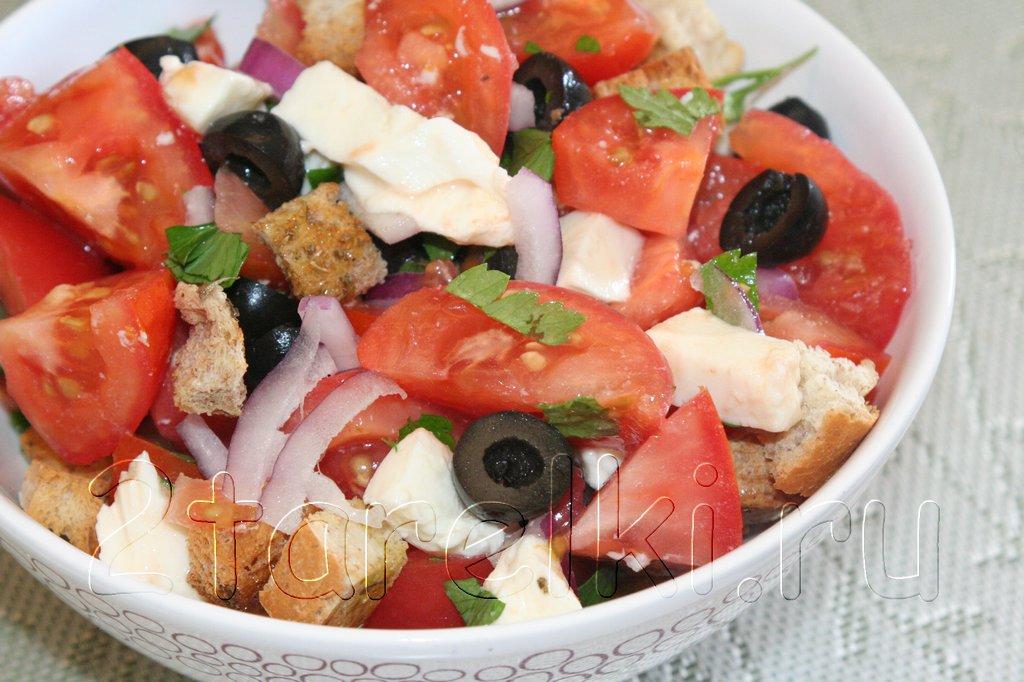 Итальянский салат из помидоров с моцареллой и сухариками