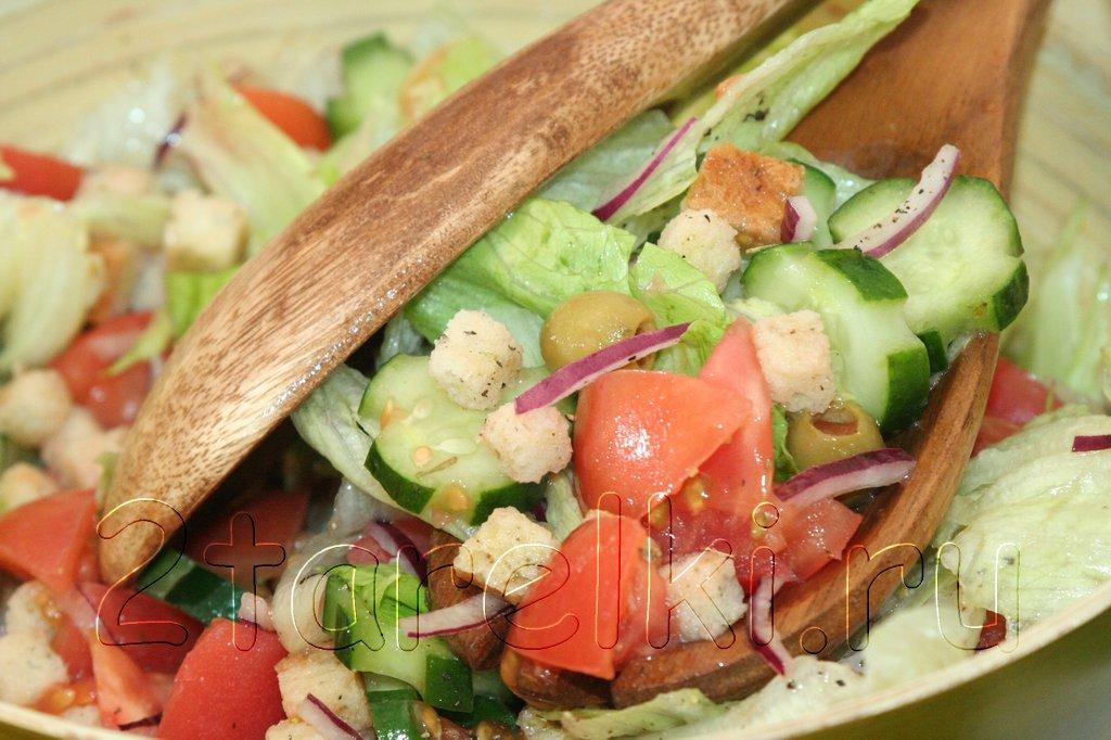 Свежий салат с оливками и сухариками