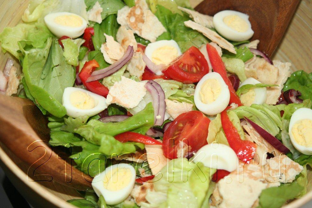 Свежий салат с хрустящим лавашом и перепелиными яйцами