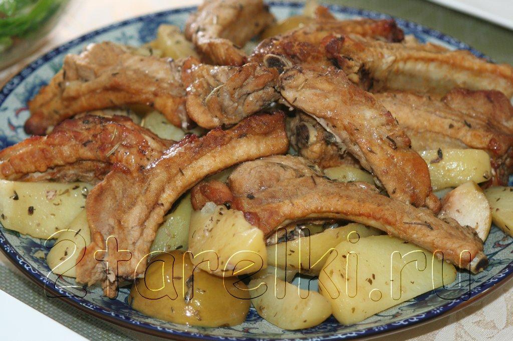 Свиные ребрышки с яблоками и картофелем в рукаве