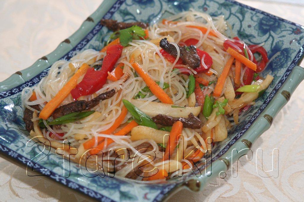 Салат фрунчоза с говядиной, дайконом и другими овощами