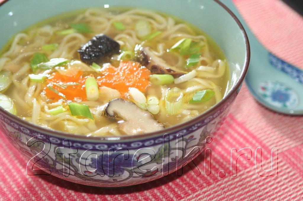 Суп с яичной лапшой и шиитаке