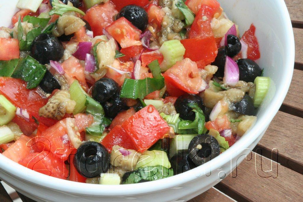 Салат из печеных баклажанов с помидорами и маслинами