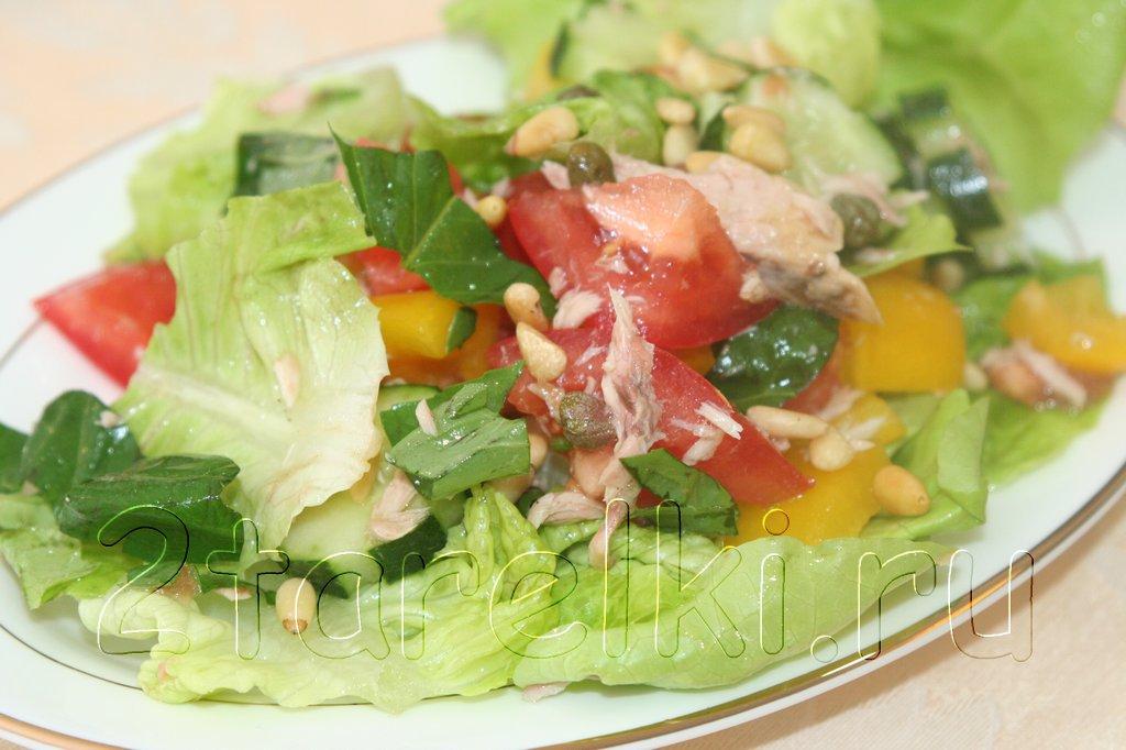 Салат с овощами, кедровыми орешками и тунцом