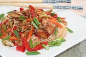 Курица с овощами и лапшой в китайском стиле