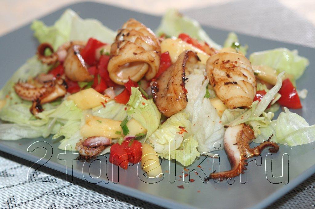 Теплый салат с кальмарами и манго