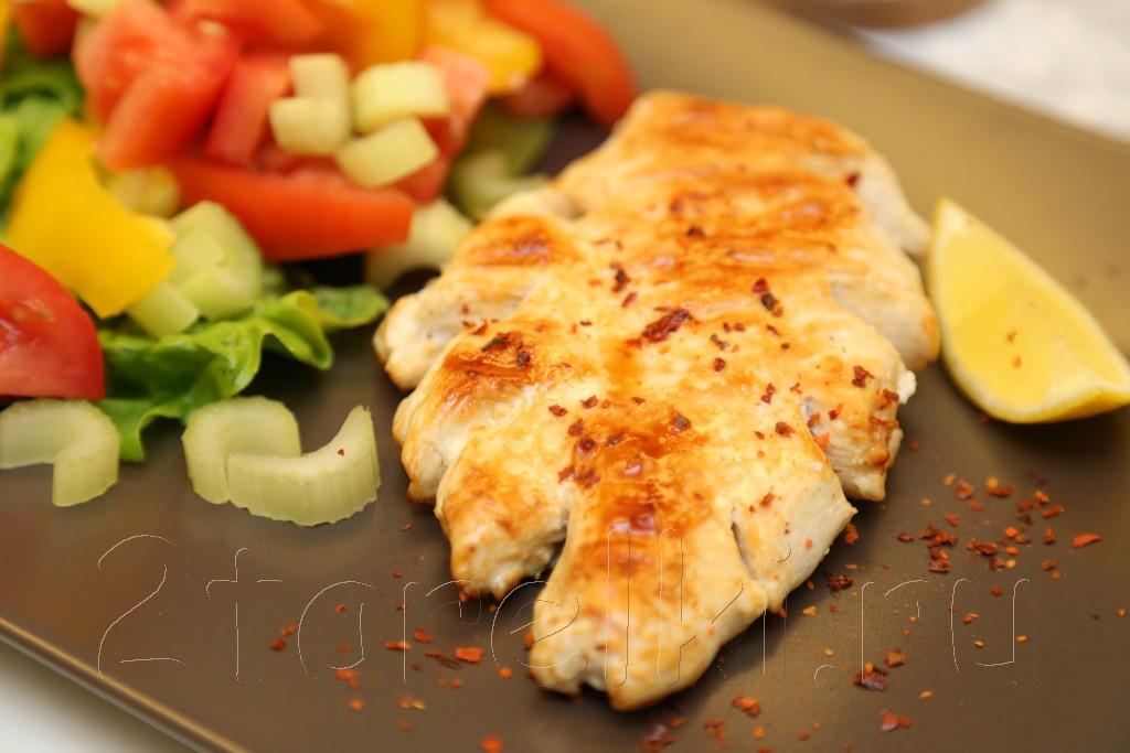 Куриное филе на гриле с овощным салатом
