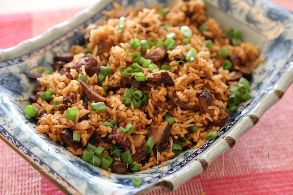 Рис с грибами и колбасками по-китайски
