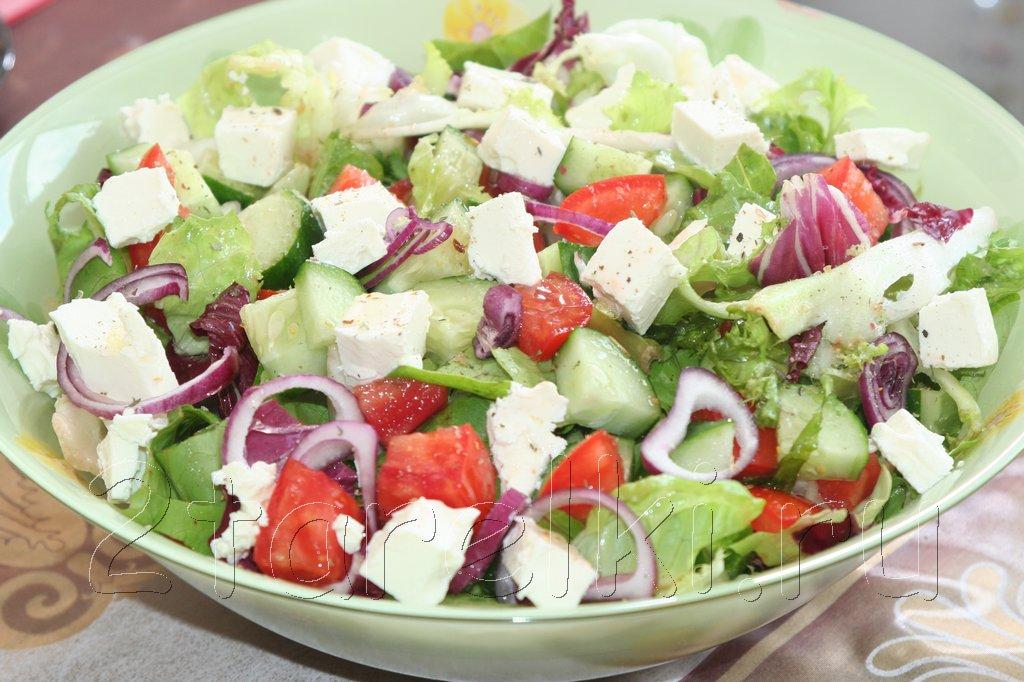 Летний овощной салат с брынзой