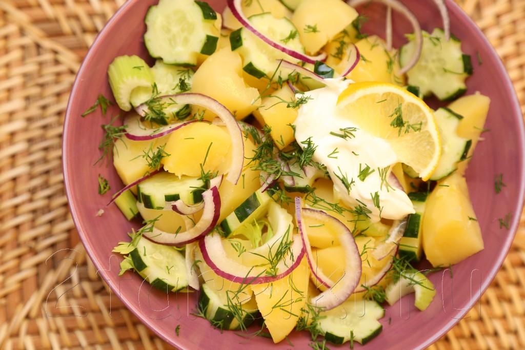 Картофельный салат с огурцами и сельдереем