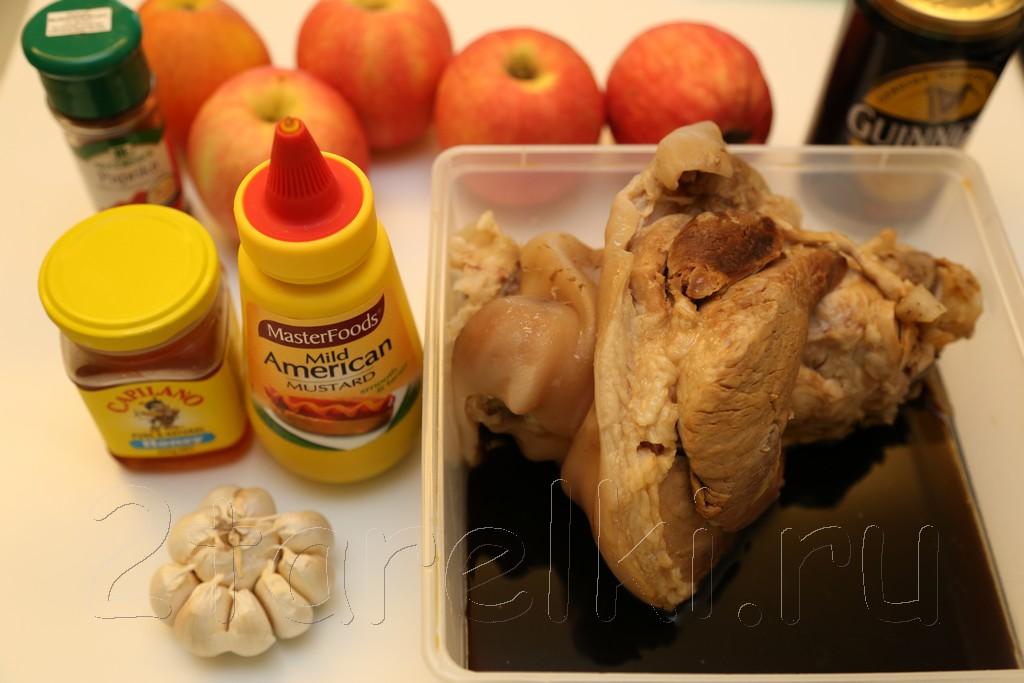 Рулька в медовой глазури с яблоками 1