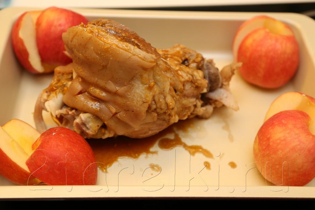 Рулька в медовой глазури с яблоками 6