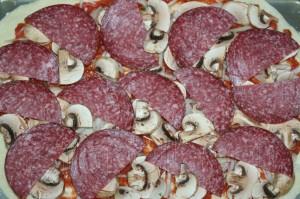 Пицца с грибами и колбасой 7