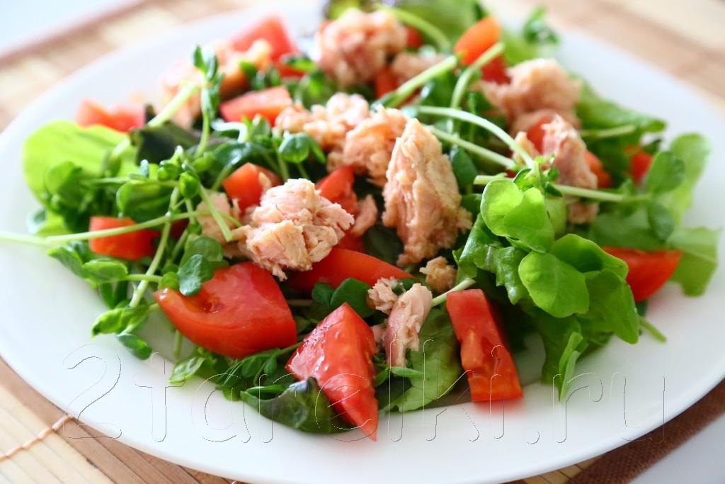 Салат из тунца с помидорой