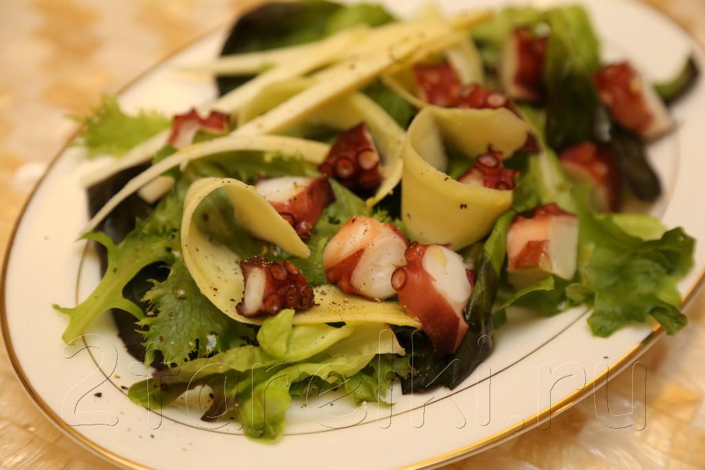 Салат с осьминогом и зеленым манго