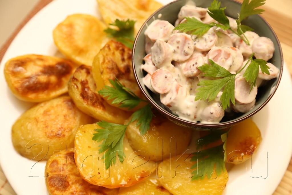 Печеная картошка с сосисками в горчичном соусе