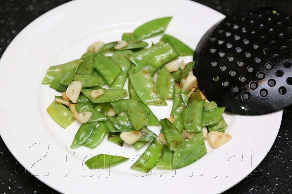 Грибы с зеленым горошком в устричном соусе 4