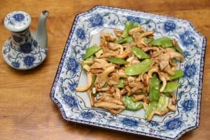 Грибы с зеленым горошком в устричном соусе