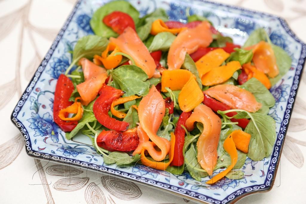 Салат из шпината с слабосоленой семгой