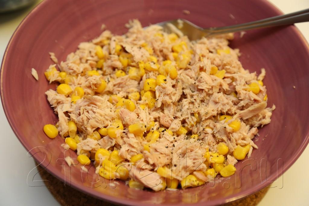 Закусочный салат из тунца и кукурузы 2