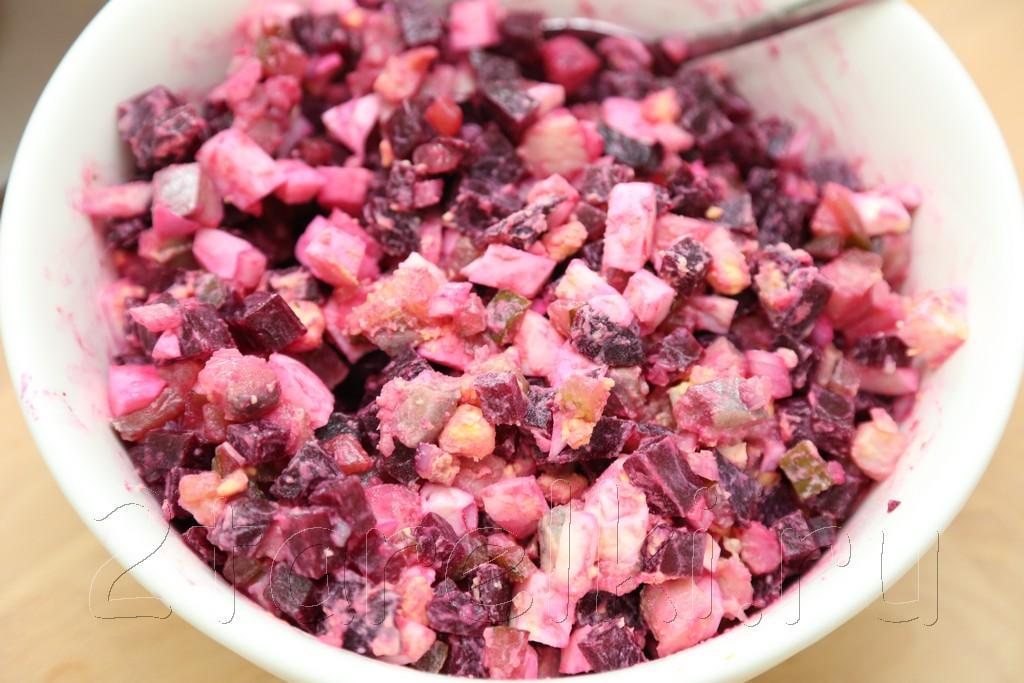 Закусочный салат из сельди со свеклой 4