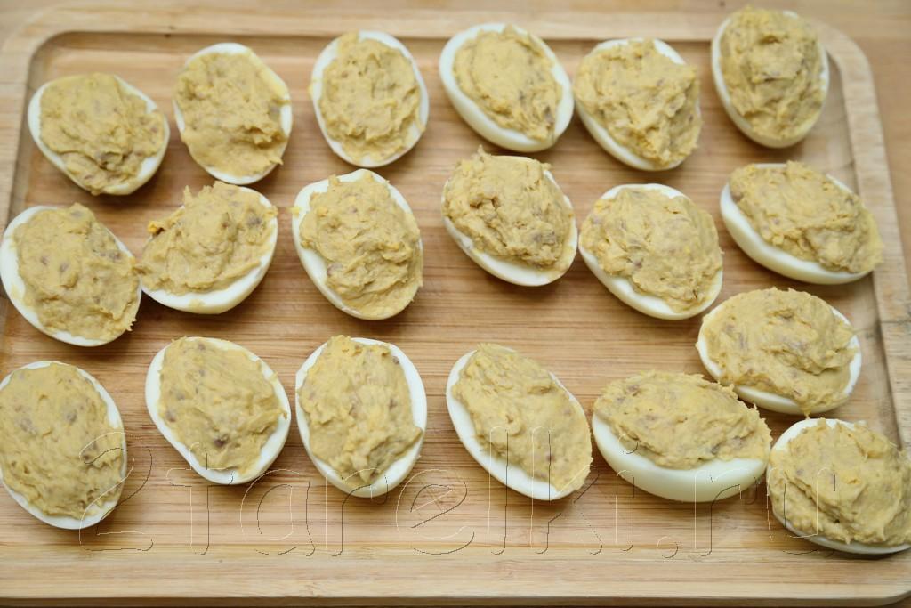 Фаршированные яйца с сельдью и икрой 6